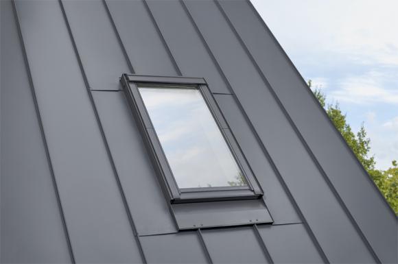 Piękny dach na rąbek z oknami dachowymi VELUX