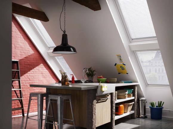 Nowe, trzyszybowe okno dachowe VELUX do łazienki i kuchni